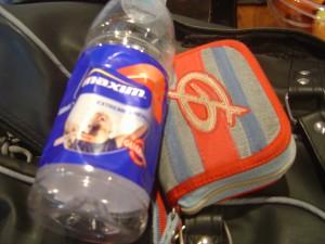 Vattenflaska och plånka