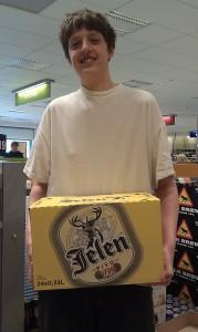 Lilla R får bära ölen åt mig